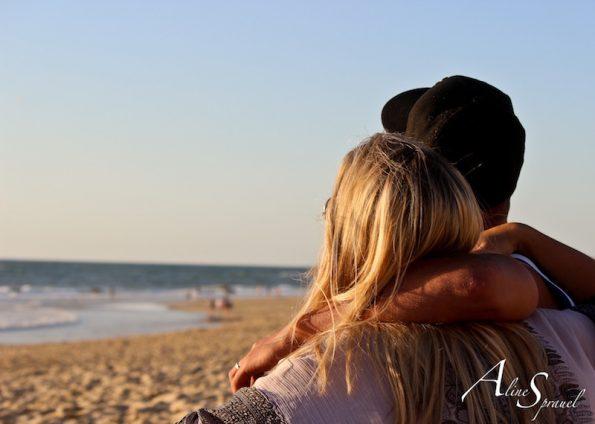couple enlacé à la plage