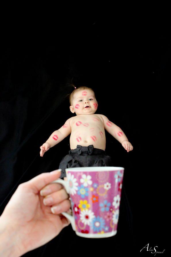 un bébé plein de bisous dans une tasse