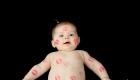 un bebe remplit de bisous en rouges à lèvres