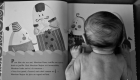 un bébé lit un livre