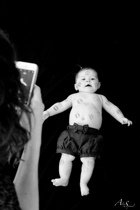 maman prend en photo son bébé plein de bisous