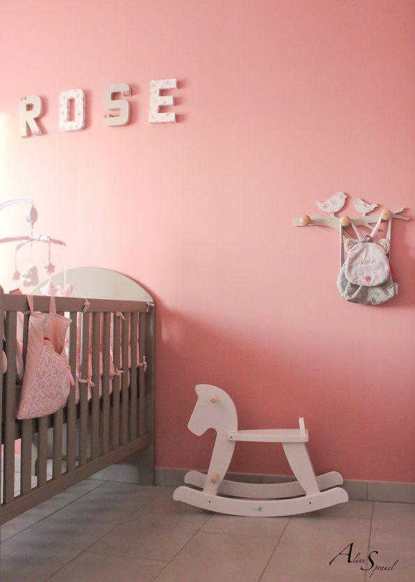 cheval à bascule dans une chambre de bébé
