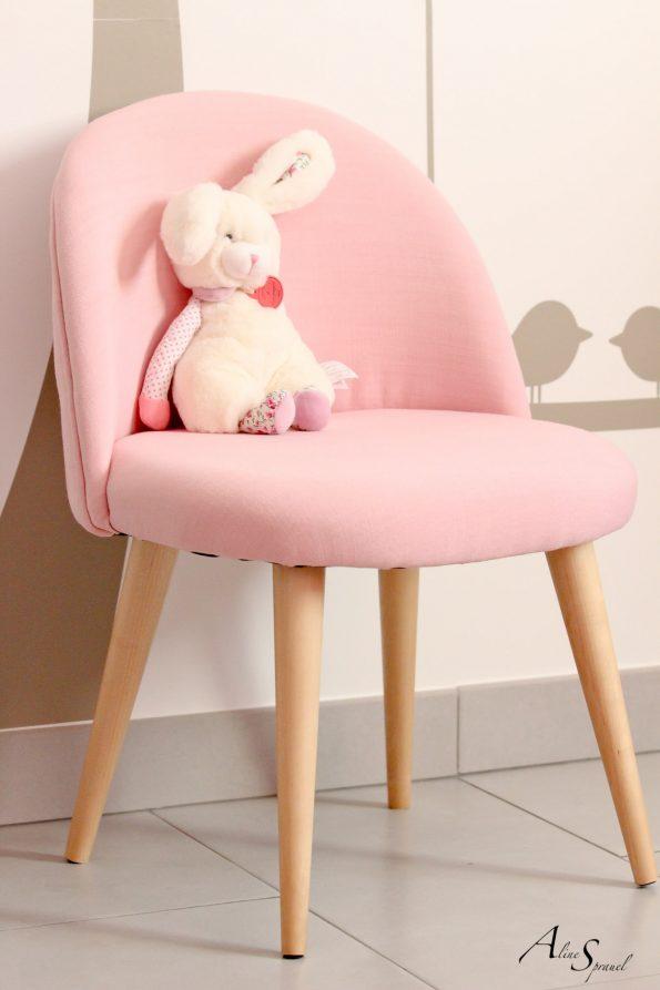 petite chaise rose d'enfant