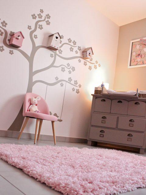 tapis rose dans une chambre d'enfant