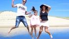 famille saute à la plage