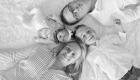 famille allongée sur un tapis