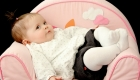 bébé dans un fauteuil en mousse