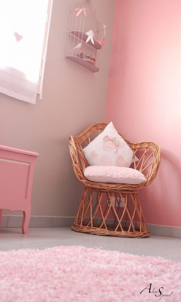 fauteuil en osier dans une chambre d'enfant