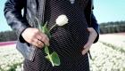 future maman dans un champ de tulipes