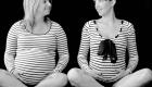 deux femmes enceintes assises se regardent