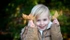 fillette joue avec des feuilles mortes