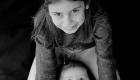 bébé entre les jambes de sa grande soeur