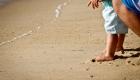 pieds de bébé dans le sable