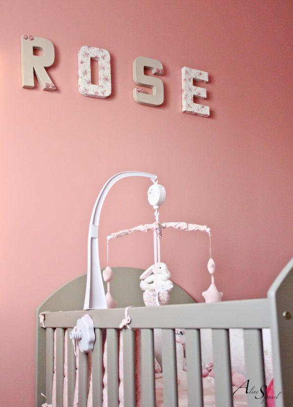 mobile dans une chambre de bébé