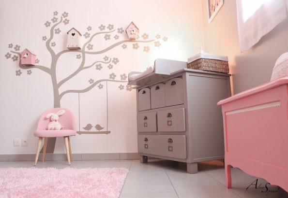 stickers arbre dans une chambre d'enfant