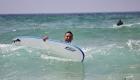 un surfeur tombe dans l'eau