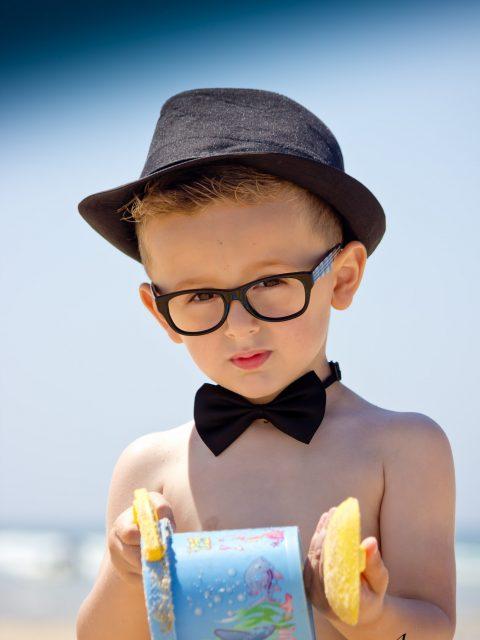 petit garçon et son seau de plage