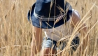 enfant dans un champs de blé