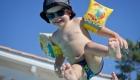un enfant jeté en l'air dans une piscine