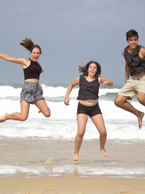 enfants sautent sur la plage