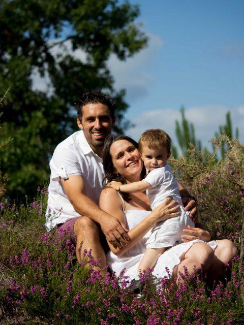 famille pose assis dans les pins
