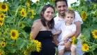 famille pose dans un champs de tournesols