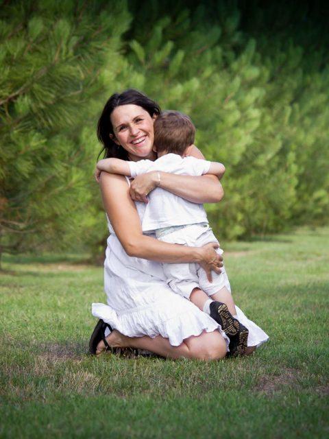 future maman sert son enfant