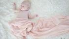 bébé dans un lange rose