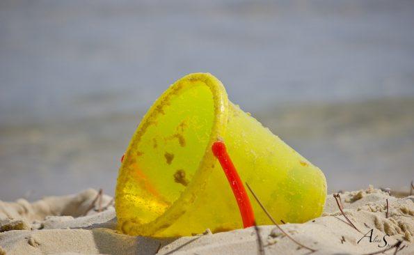 seau sur le sable