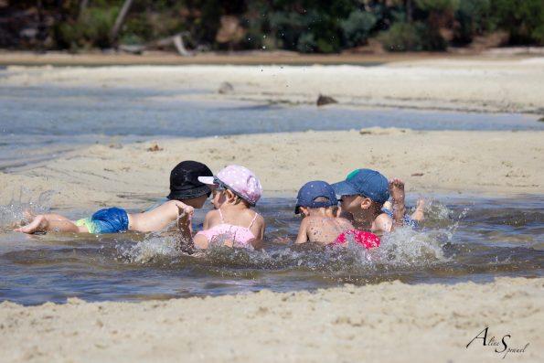 enfants jouent dans l'eau