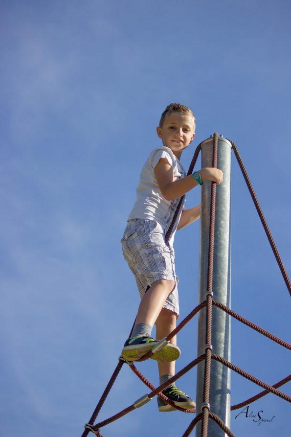 garçon grimpe