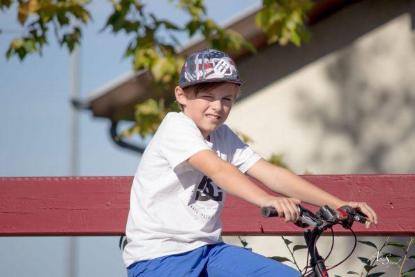 enfant sur son vélo