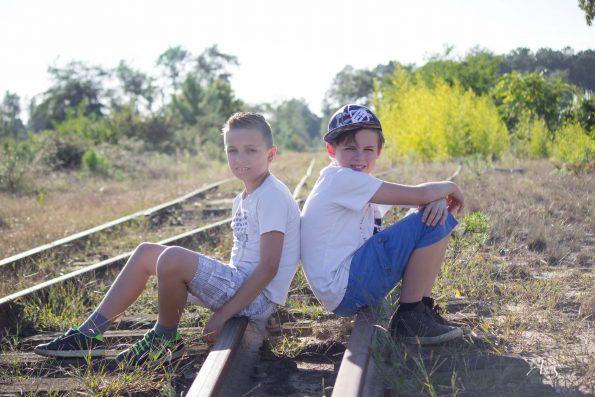 enfants sur des rails