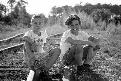 Portrait de 2 garçons au skatepark