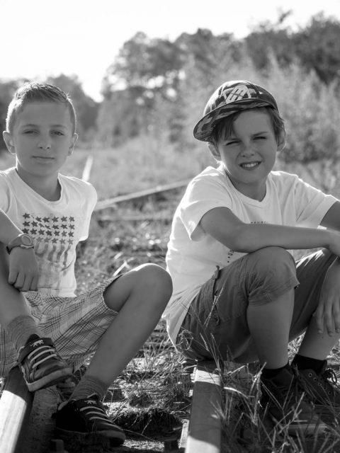 enfants sur la voie ferrée