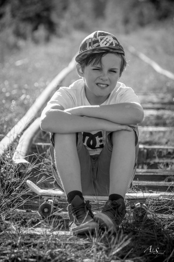 shooting garçon sur chemin de fer