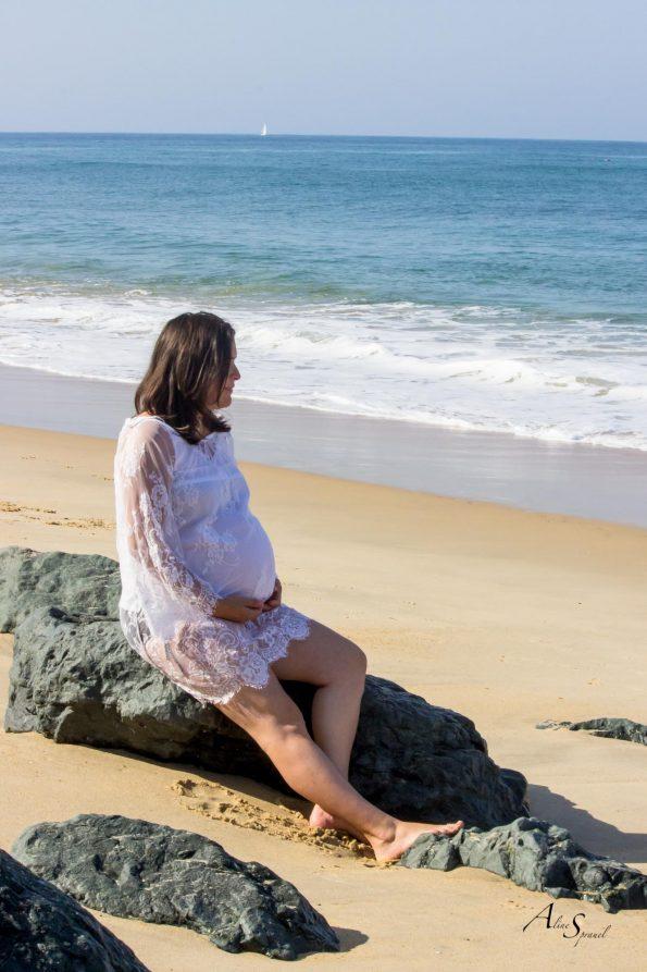 femme enceinte sur les rochers