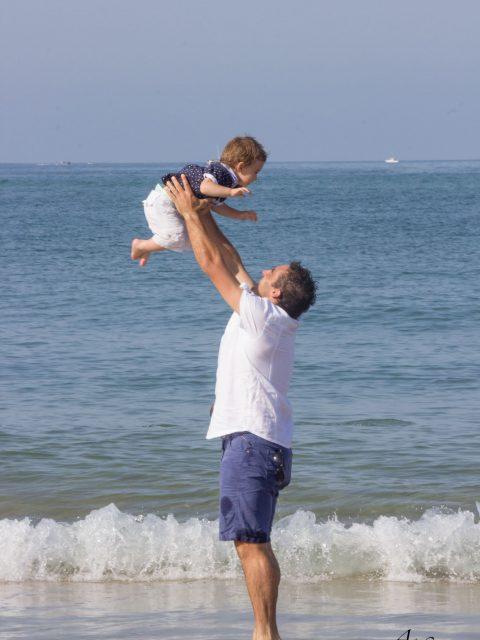 un père joue avec son fils