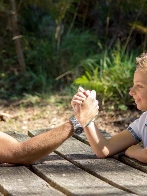 papa fait un bras de fer avec son fils