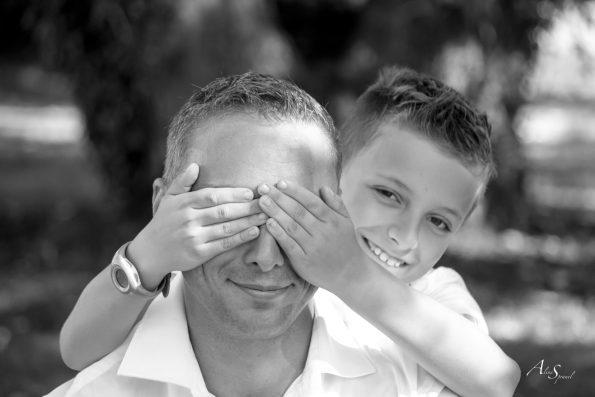 enfant cache les yeux de son papa