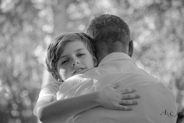 enfant enlace son père