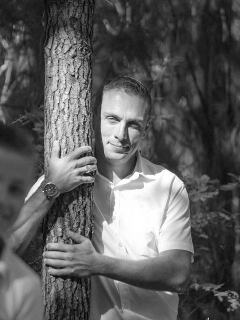 papa derrière un arbre