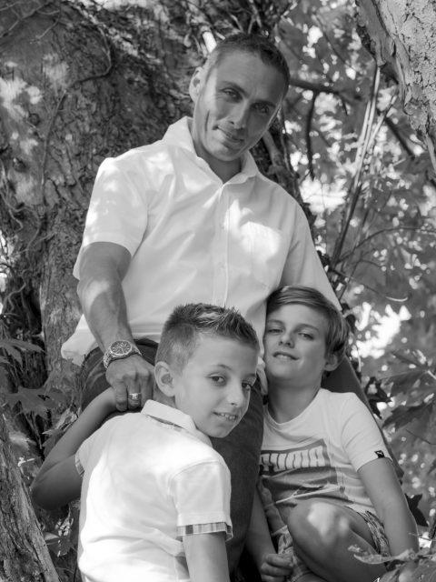 papa et ses fils dans un arbre