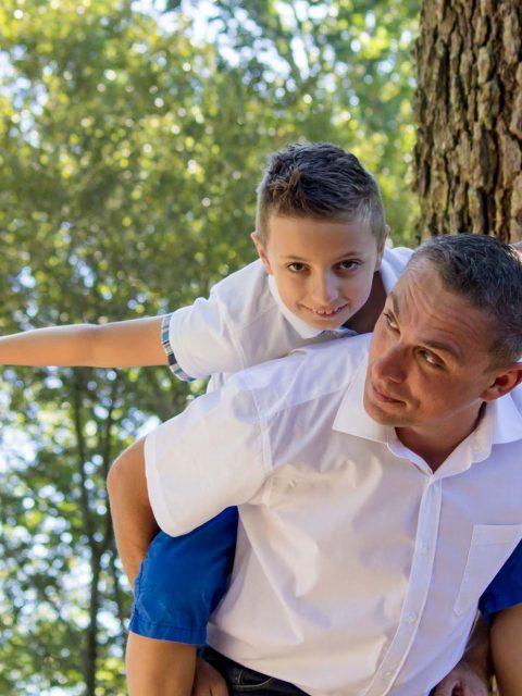 enfant porté par son papa