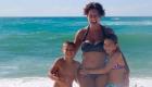 une maman et ses 2 enfants à la plage
