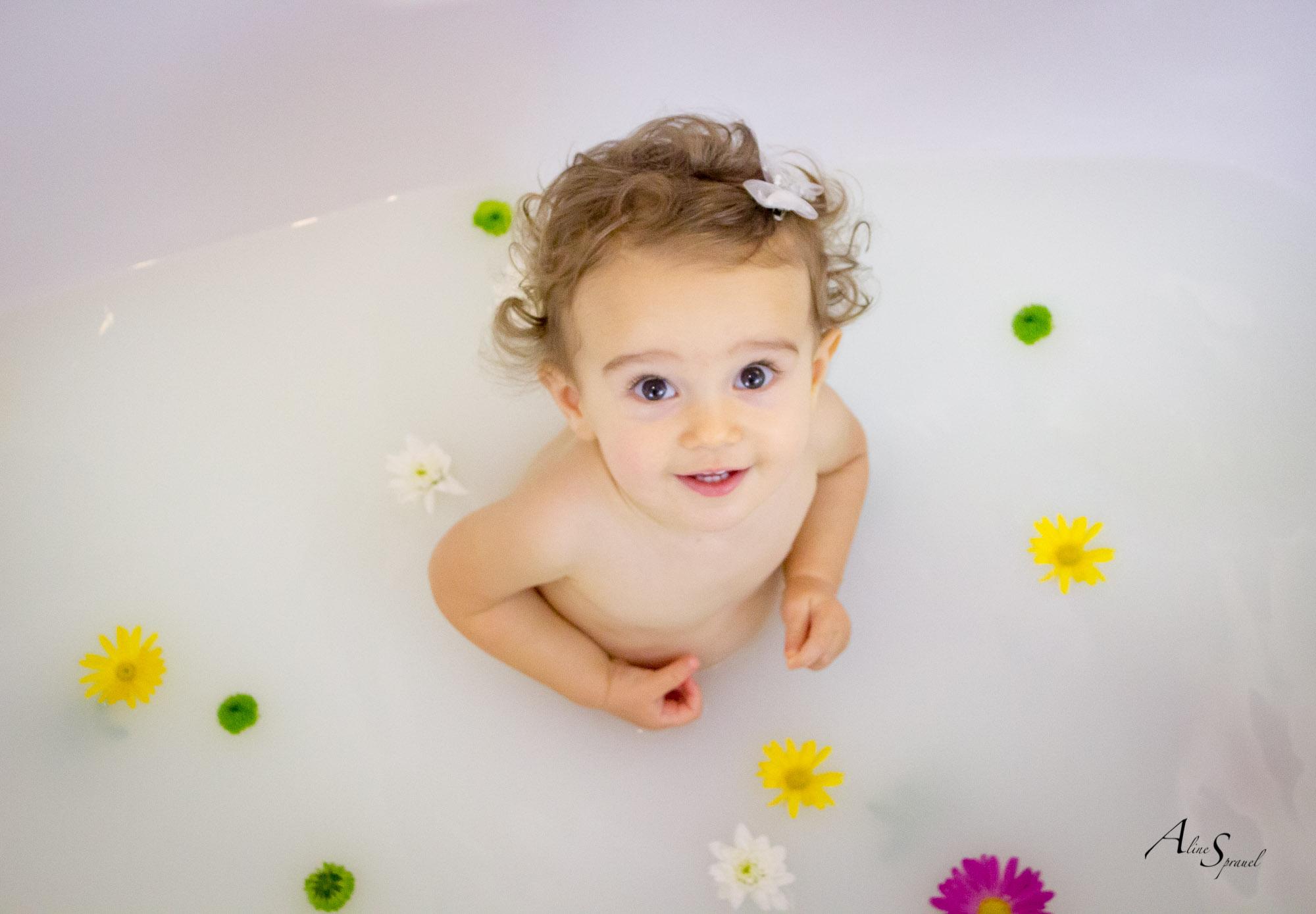 petite fille dans un bain