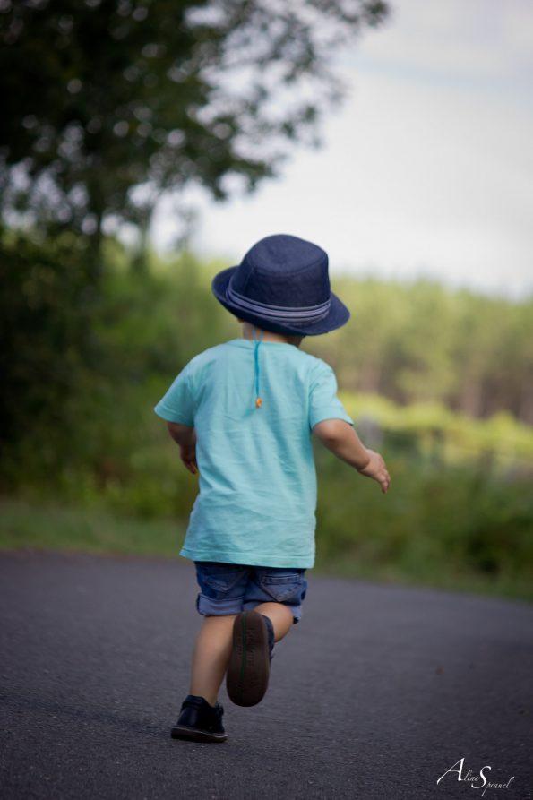 petit garçon court sur la route