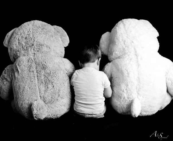enfant entre deux gros ours