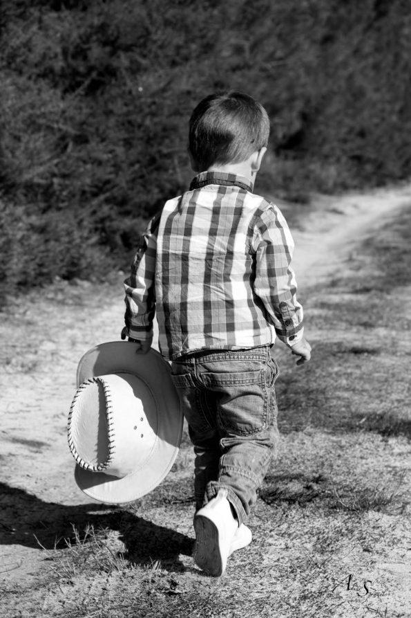 enfant cowboy marche