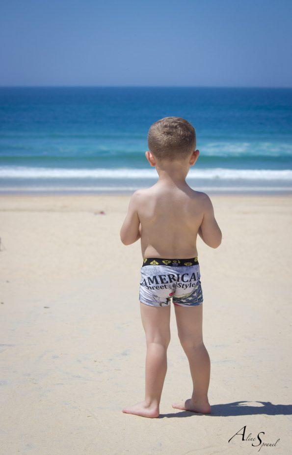 petit garçon regarde la mer